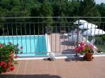Terrazza panoramica con sottostante piscina