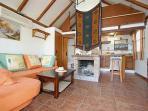 Salón cocina chimenea en el salón con la cocina interior y baño al fondo