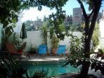 Piscina exterior/comunitaria con vista de la Alhambra