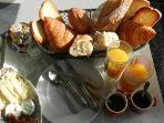 Le petit-déjeuner terroir avec les produits de la ferme d'Auvers