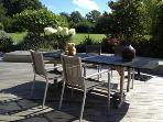 Prenez votre petit-déjeuner sur la terrasse principale, sous le pommier, ou à l'intérieur