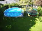 Piscina y cama elástica en parte abajo del jardín. Pool and trampoline in lower garden