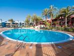 Dos piscinas, una para adultos y otra para niños con todas las medidas de seguridad