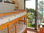 Dormitorio 2 con vistas al jardin y al mar