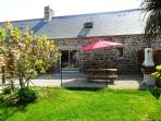Outside photo of the gite Magnolia with privative terrace close with table and barbecue