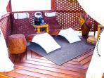 Interior de la marquesina Chilau, donde el sonido de la fuente zen y los pájaros, se mezclan.