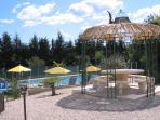 Gloriette et piscine