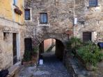 Borgo medioevale di Colla Micheri, raggiungibile a piedi tramite accesso diretto alla passeggiata
