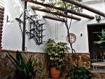 Típico patio cordobés con barbacoa, leñera y mobiliario de jardín.