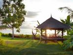 Daybed (Bale Bngong), beach access