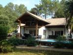 Maison d'architecte exposée plein sud avec sa terrasse bois de plus de 100m² autour de la pisci