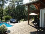 La terrasse équipée est conçue pour vivre dehors