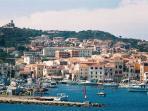 'cala gavetta' porto principale della Maddalena, dove è ubicato l'appartamento.