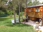 roulotte dans le jardin avec cuisine d été