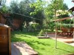 Jardin avec terrasse et plancha équipée d'un évier