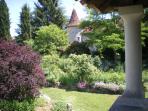 vue de la chambre :jardin et maison principale