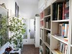 Il corridoio con libreria