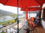 Entspannen Sie auf dem sonnigen Balkon mit tollem Blick auf die Mosel und das Tal