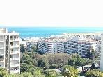 La vue panoramique sur la mer du balcon (d'Antibes à St jean Cap Ferrat).