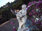 angolo del terrazzo con fioriera con 4 statue raffiguranti le quattro stagioni, con boguanville, etc