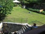 giardino della struttura con gazebo sdraie orto a disposizione dei clienti