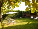 Le Jardin privé avec son Barbecue et bains de Soleil