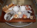 plateau petit déjeuner offert, thé, café, chocolat, confiture maison pain beurre fruit charcuterie