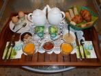 plateau petit déj. offert pain, croissants, yaourts, beurre oeuf coque, salade de fruits, café, thé