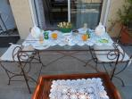 plateau petit déjeuner offert en terrasse privée