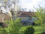 la façade de la maison vu du jardin au printemps.