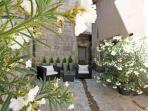 Cour communale avec salon de jardin