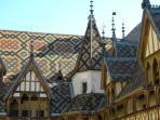 ...L'Hôtel Dieu datant de  1443 avec son toit de toute beauté