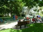 Un vaste parc au pied de l'immeuble : la détente des enfants après une journée de visites à Paris