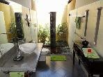 Une des trois salles de bain.