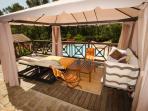 Tonnelle sur la terrasse sud en bois avec salon et lits de repos, Villa Victoria