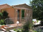 Terrasse avec salon de jardin, entrée indépendante de la chambre Côte Bleue, côté ouest