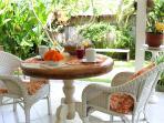 Espace repas donnant sur le jardin et la piscine