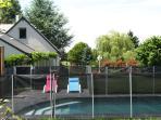 La piscine à côté du gîte