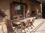 La terrasse de 30 m2 .Table en teck 8 personnes.Barbecue électrique Weber.Vue plein sud