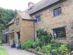 The Country Kitchen Gastro-Pub is just 100m away.