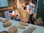 Les pains cuits sont extraits du four à bois
