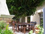 coin repas extérieur , ombragé par un parasol naturel(un mûrier platane )et barbecue à côté.