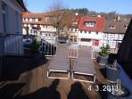Dachterrasse möbliert mit Sonnenschirm und elektrischer Markise