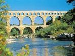 Pont du Gard, 1H00, mais aussi Nimes,Saint Remy,Aix en provence.