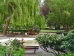 Parc en ville des champs Elysées , jeux de boules en bois...