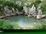 A tan solo 4 km está la playa de Gulpiyury , monumento natural