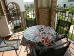 Terraza con sol, mesa y cuatro sillas, vistas