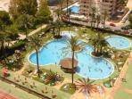 Tres piscinas con bar acuático y solarium