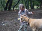 dando de comer a nuestra cabra Elena