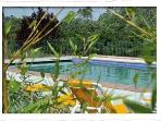 Une grande piscine de 16x6 mètres avec plages et poolhouse.